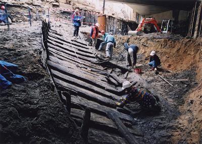 Bateau à fond plat découvert au port Sablé à Lyon (2011), renforcé pour le transport de matériaux lourds, daté par dendrochronologie du milieu 18e s.