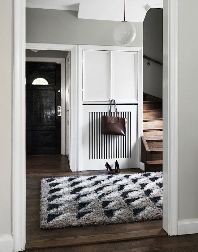 Bold geometric rug in the entrance of a cool Swedish home with inspiring touches. Jonas Ingerstedt.