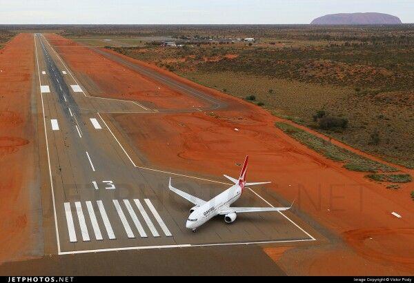 Qantas Boeing 737-800 Ayers Rock