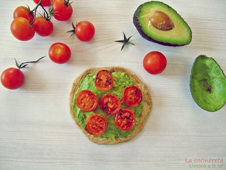 Llimona a la Sal: Torta integral con aguacate y tomates cherry