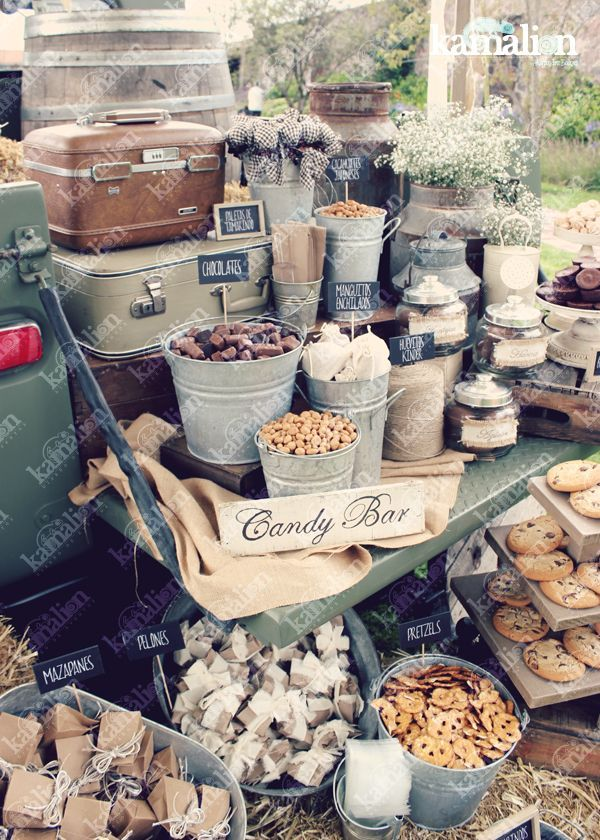 www.kamalion.com.mx - Mesa de Dulces / Candy Bar / Postres / Blanco / Brown / Crudo / Beige / white / Country / Rustic Decor / Decoración / Truck / Camioneta antigua / Boda / Wedding / Campirano / Paja / Barril / Carretes / Wood / Metal Tub / Cubetas. | https://lomejordelaweb.es/