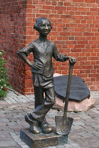 """Monument at the Market Gate. Original text from the commemorative plaque:    """"Young Baker's Journeyman – a legendary defender of Elbląg."""