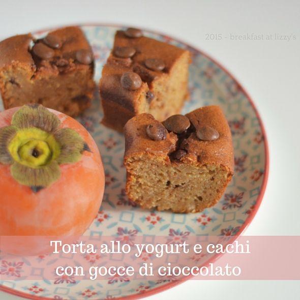 Questa torta allo yogurt con cachi e cioccolato oltre ad essere leggera per via dell'utilizzo dello yogurt al posto del burro, vede come protagonista il frutto dell'autunno: il cachi.
