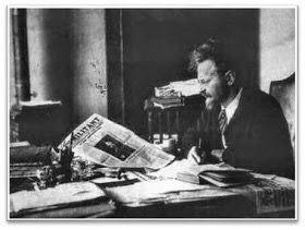 Kaynak: informadik.blogspot.com.tr F. RÜŞTÜ KARACA Kader'in oyunu olsa gerek Beyaz Rusların İstanbul'a gelmesinin nedeni olan Kızıl Ordu'nun kurucu Başkomutanı Troçki, Lenin'in ölümünden sonra parti'nin başına geçen Stalin ile anlaşmazlığa düşünce, 1929 yılında  İstanbul'a sürüldü ve 1933 yılına kadar çoğunlukla Büyükada'da yaşadı. Sonrasında ikişer yıl Fransa ve Norveç'te kaldıktan sonra 1937'de Meksika'ya sığındı. 1940 yılında röportaj yapmaya gelmiş gazeteci kılığında bir Rus ajanı…