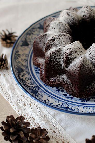 Vaikka tähän kakkuun ei tule yhtään suklaata, on kakku ihanan suklainen kaakaon ansiosta. Kakku on myös ihanan mehevä ja helppo valmi...