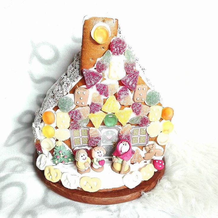 Darf ich vorstellen? Unser dies jähriges Hexenhaus  Bei uns ist es Tradition dass meine Mama mein Bruder und ich zusammen das Lebkuchen Haus dekorieren und ich finde das richtig schön  Habt ihr auch solche Weihnachts-Traditionen ?  PS:  ich hoffe stört euch nicht all zu sehr das zur Zeit nicht so viele typische Buch Bilder kommen. Ich habe nämlich eine Uni und Weihnachts stress bedingte Leseflaute   #weihnachten #traditionen #hexenhaus #haribo#foodporn #liebe #fitdurch2015 #lebkuchen by…