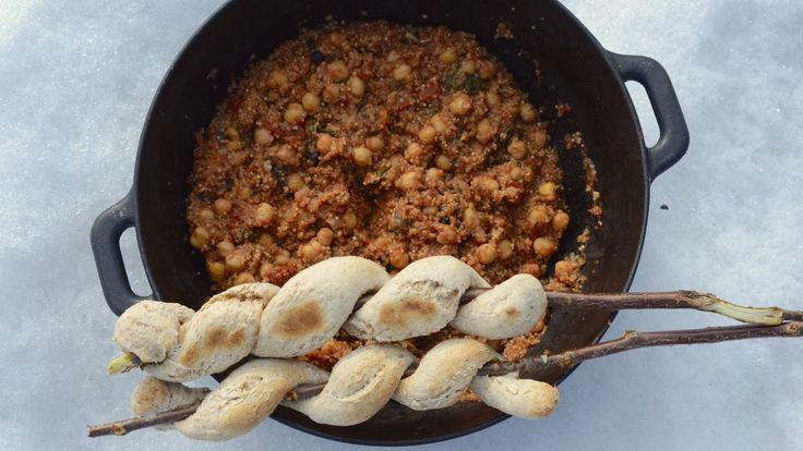 Denne retten er inspirert av kikertgrytene du finner i Marokko, og er en såkalt one-pot. Alt kokes i en bålpanne eller kasserolle på bålet eller på komfyren. Brødet kan stekes på pinne, eller i panna.