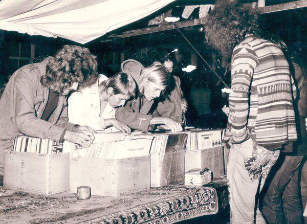 """Maikel Galama op Twitter: """"Verkoop van LP´s in De Hortusbuurt te Groningen (1974) Wie herkent de mensen op deze foto? https://t.co/cvw0Eogs7E"""""""