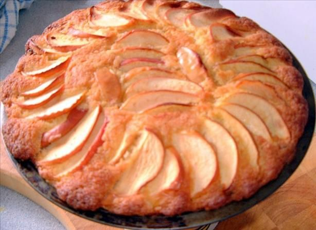 Autumn Apple Sponge Cake: Nothing says fall and harvest time quite like a freshly baked apple cake. So give your traditional pie recipe a break and make this light and airy sponge cake instead. #UltimateThanksgiving