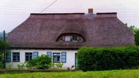 Freizeit- und Begegnungshaus Bobbin | Auf der schönen Insel Rügen steht das ehemalige Haus der Berliner Domkantorei e.V.. Unser Haus liegt in einem wunderschönen, denkmalgeschützten Dorf, auf einem Berg mit Blick auf Ostsee und Bodden.  Die Freizeit- und Begegnungsstätte liegt in ca 4 km Entfernung zur Ostsee.Hier erreichen Sie den schönsten Badestrand der Insel, die Schaabe. Schnell zu erreichen mit Bus oder Rad.
