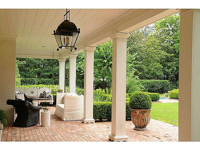 adorable swing; nice homey porch yet still refined #thingsthatinspire