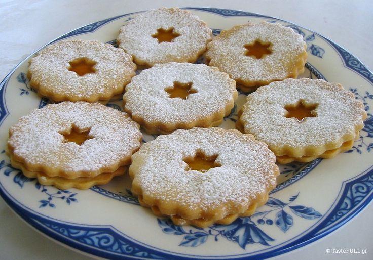 Αυτή είναι η ιδανική συνταγή για μπισκότα που στολίζονται με ζαχαρόπαστα γιατί δεν χάνουν το σχήμα τους στο ψήσιμο. Είναι ιδανική και για γεμιστά μπισκότα.