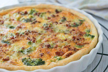Super feine und gesunde Gemüse Wähe mit Zucchetti, Broccoli und Rüebli. Das einfache Wähenrezept für eine bekömmliche Hauptspeise oder als Znüni.