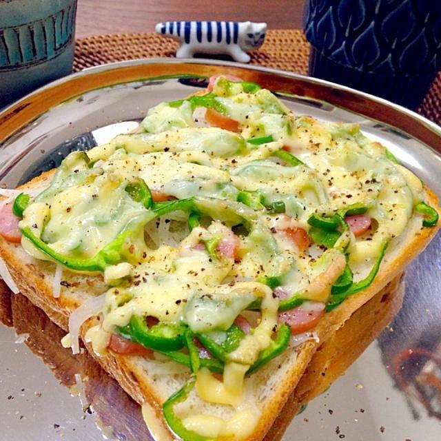 焼いたからちっちゃなってるけど、オニスラとピーマン山盛りのせました!◍ོ꒰˃ू◡ુོ˂◍꒱ パリパリ美味しい‼︎ - 76件のもぐもぐ - ピーマン、オニスラ山盛りチーズパン(=゚ω゚)ノ by naw0kos