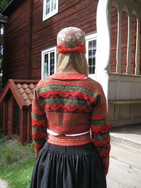 Kvinna i folkdräkt från Delsbo socken, Hälsingland.