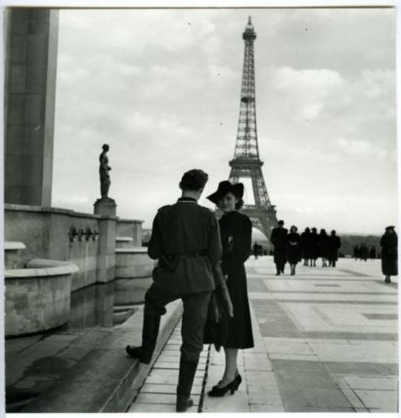 Trocadéro (1941) Roger Schall. Célèbre photo souvent utilisée pour dénoncer le rapprochement entre soldats allemands et femmes parisiennes.©GB