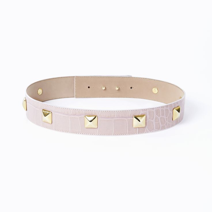 Studded belt in mauve. Give your outfit a rebel twist with this beautiful gold studded belt. Each stud is applied by skilled hands in Italy who have been producing leather accessories since 1977! The belt is made out of genuine Italian leather and features a hidden double button closure. It can be worn with any piq look.