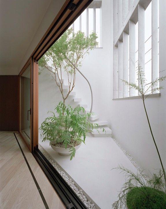 建物の外と中の印象のギャップが大きい青木淳建築計画事務所による3階建ての'M'住宅は、東京の住宅街の交通量の多い道路に直接面した10.65m x 10.41mの角地に建設された。