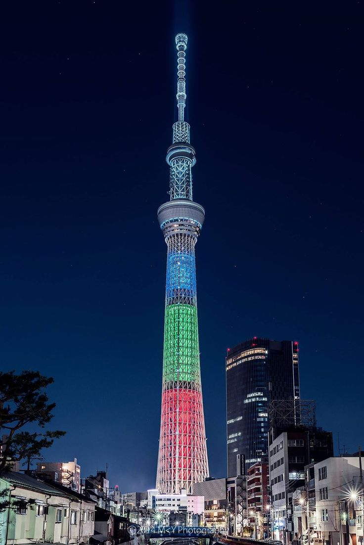 """Tokyo SKY TREE  8-9 PM 2,060 YEN @ $24 CND - PURCHASE DAY TICKETS AT TOKYO SKYTREE 4th FLOOR TICKET COUNTER - BUY A """"DAY TICKET"""" (no time is assigned)  HAS COIN LOCKERS AND WASHROOMS AND A SMOKING CORNER .......... MAKE SURE YOU ASK WHAT TIME IS YOUR ENTRY  INTO TOWER? ...........   http://www.japan-guide.com/e/e3064.html  http://www.japan-guide.com/e/e3064_solamachi.html http://www.tokyo-skytreetown.jp/english/ http://www.tokyo-skytree.jp/en/access/"""