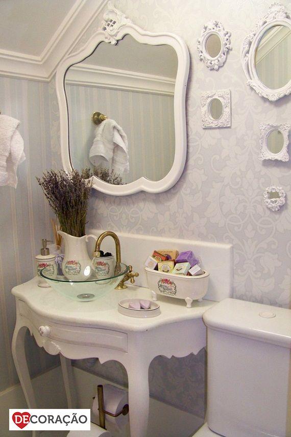 Ideias DeCoração de Banheiro | Se um banheiro delicado, com muitos elementos provençais é o que você procura, este banheiro é pra você! Todo branco e emoldurado, este banheiro traz a tona memórias de uma época mais clássica.