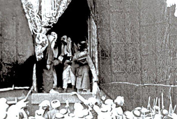 الـملك عبدالعزيز (رحمه الله) يخرج من الكعبة بعد غسـلها عـام 1371ه
