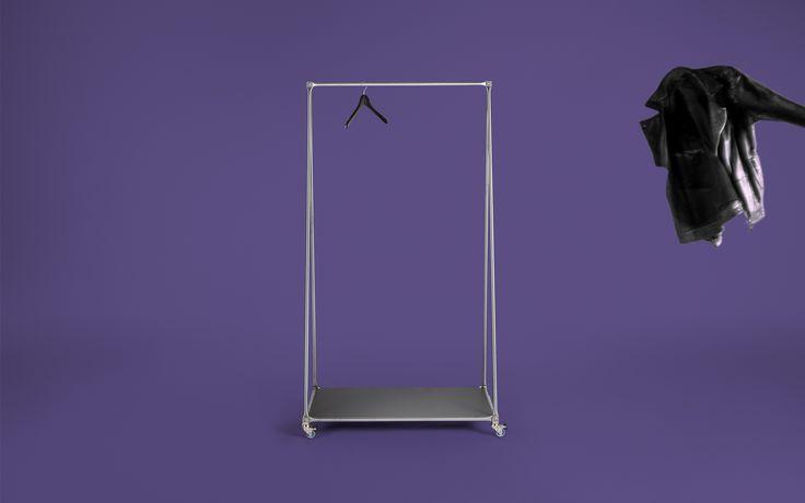 Der mobile Kleiderständer aus Edelstahl ist eine minimalistische Garderobe. Die stabile Kleiderstange und das zusätzliche Ablagefach bieten viel Platz.