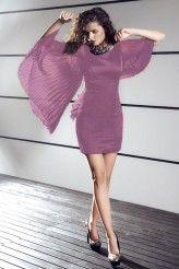 Elegancka sukienka z fantazyjnymi rękawami, które mogą przypominać skrzydła motyla. Prosty krój.
