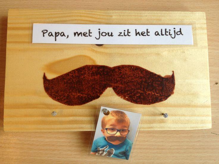 Kap-stokje; de foto van kleuter met snor maakt het speciaal!
