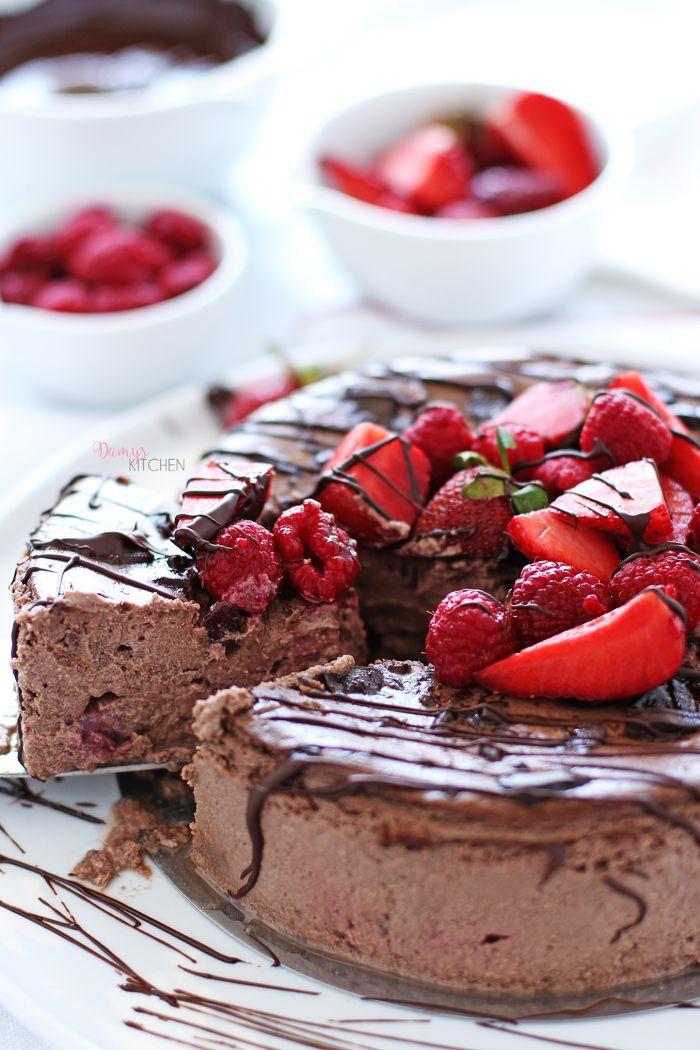 İçinde çilek ve çikolata parçacıkları gizli, tabansız (dolayısıyla kalorisi çok düşük) müthiş hafif bir lezzet. Diyette olanlara, hafi...