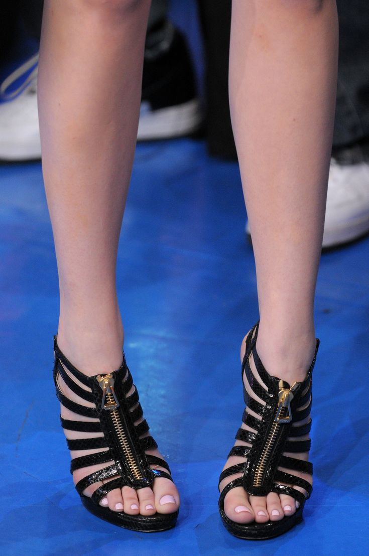 Emma stone in ugly shoes but pretty polish | Feet ...