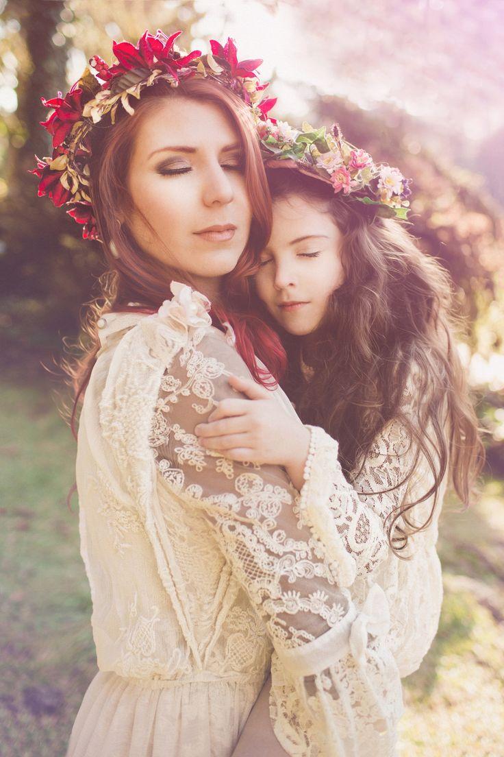 Mãe e filha abraçadas num belo parque registrado pelo fotógrafo de Ensaio de família em Gramado RS Rafael Ohana fotografando o lindo amor entre as duas