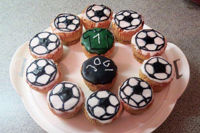 Das perfekte Backen: WM-Muffins :-)-Rezept mit Bild und einfacher Schritt-für-Schritt-Anleitung: Ei trennen, Eigelb mit Zucker schaumig schlgen, Eiweiß…