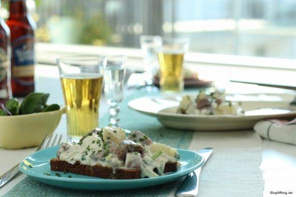 nubbesallad RECEPT matjessill midsommar jul påsk påskmat julmat ägg potatis kaviar purjolök gräslök rödlök och gräddfil | Uplifting