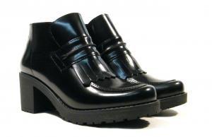 Botines negros de tacón con copete de flecos  Botines negros con tacón modelo 16024 de la marca BRYAN Stepwise. Realizados en piel florentik (brillo) color negro con interiores en combinado textil y piel. Tacón de goma de una altura aproximada de 6 cms. Cierre de cremallera lateral. Copete con flecos en parte superior. Made in Spain. http://ift.tt/2eSlVZu