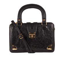 Handtas met gouden accenten van onze exposant Bdifferent.   Verkrijgbaar bij fashionextras.com #groothandel #grosshandel #wholesale #b2bfashion #fashionextras