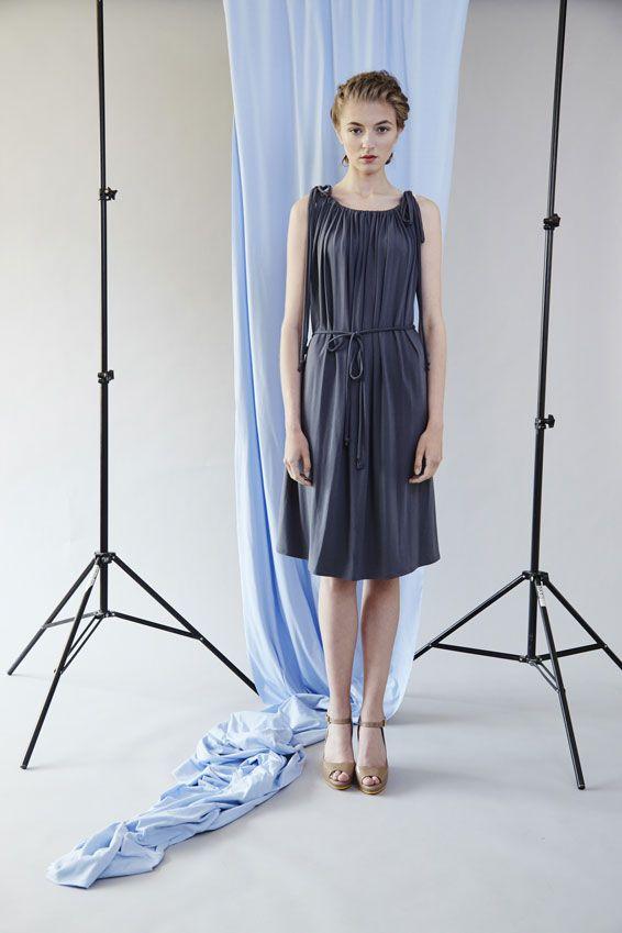 Šaty řasené- šedé Šaty řasené ke krku, zavazování a utahování na šňůrky. Šaty jsou volnější, možnost stáhnutí v pase šňůrkou. materiál: jednolícní úplet 94% viskóza, 6% elastan barva: šedá velikost: S/M- obvod hrudi 100 cm, obvod boků 108 cm, délka šatů 100 cm dostupnost: 14 dnů