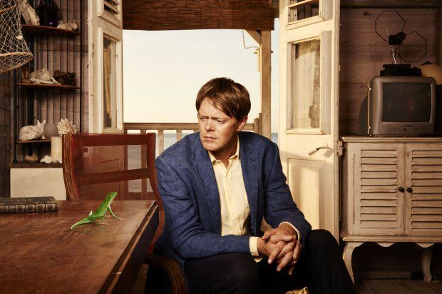 Television Programme: Death in Paradise with Harry the lizard, Humphrey (Kris Marshall)........- TX: n/a - Episode: n/a (No. n/a) - Picture Shows: Harry the lizard, Humphrey (KRIS MARSHALL) - (C) Red Planet Pictures - Photographer: n/a