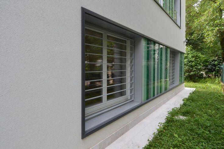 #Restauri e ristrutturazioni - #Riqualificazione #abitazione unifamigliare - #Treviso: scorcio prospetto ovest - particolare serramenti al piano terra: inferriate e rivestimento in vetro colorato.