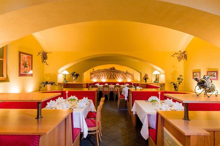 Genießen Sie einen gemütlichen Abend bei leckerem Essen und gutem Wein in unserem Weinkeller. Der Weinkeller bietet Platz für ca. 36 Personen. Den Weinkeller können Sie gerne exklusiv für Ihre nächste Feierlichkeit buchen.