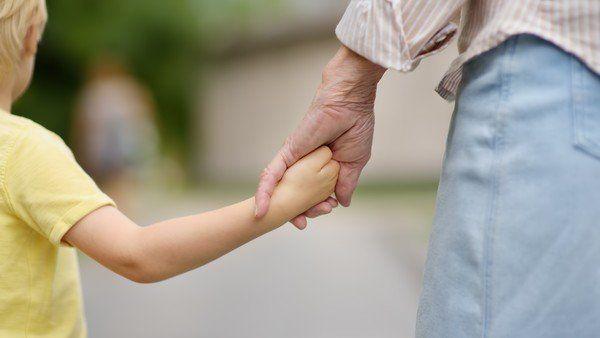 Una abuela australiana pidió a su hija que le pague por el cuidado del niño. El caso despertó todo tipo de reacciones. Roles, estereotipos y romantización de las tareas de cuidado. Holding Hands, Feminism, Grandchildren, Daughter, Manualidades
