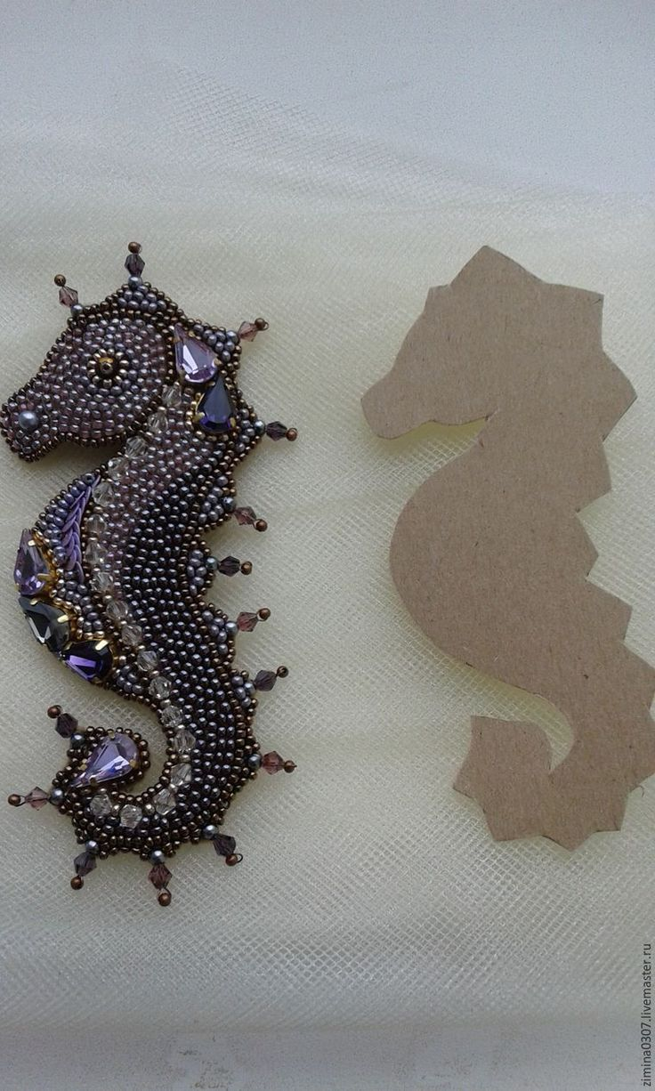 Предлагаю вашему вниманию мастер-класс по созданию броши «Морской конек». Материалы: кристаллы Сваровски — 6 шт; бусины Сваровски (конусы); бусина черного цвета (для глаза); чешский бисер (№ 18112, 28020, 38619, 18780, 78121 ); китайский бисер (бронза); пайетки (сиреневые) 0,4 см; шелковая нить подходящего цвета; булавка для броши; фетр золотистого цвета; картон; клей ПВА, клей момент-кристалл;…