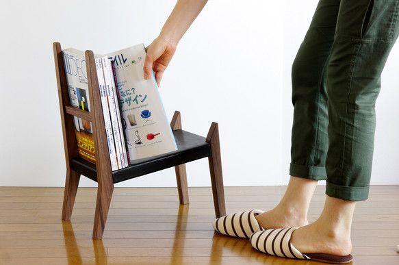 椅子のようなマガジンラックを製作しました。壁際に置いても、ローテーブルの横に置いてもすっと溶け込みます。大型の雑誌から文庫まで置けるようになっております。 ほぼ椅子と同じ構造、製作工程で作ります。製作途中に何度も椅子?と間違われました。 サイズオーダーにより脚の長さの変更も可能です。 同じタイプで革無しもあります。 ※椅子としての使用は危険ですのでご遠慮下さい。 ■サイズ :  長さ:約40cm 高さ:約50cm 奥行き:約24cm ■材料  : 本体:ブラックウォルナット材 革:サドルレザー黒 ■仕上げ : オイル仕上げ ※受注後の製作になるためお届けまで2~3週間ほど頂きます。
