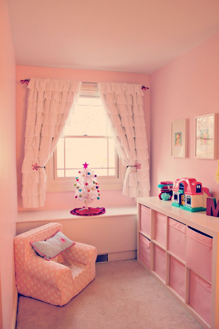 Absolutely love how she decorated her daughter's room. My favorite is the mini christmas tree :)