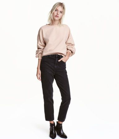 Siyah. Yıkanmış kottan, 5 cepli, bol kesimli, normal belli, düşük ağlı, dar paçalı pantolon.