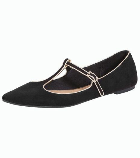 Hegyes orrú, fekete balerinacipő, ami ideális hétköznapi vagy irodai viselet.