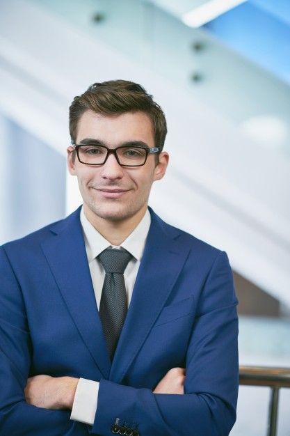 Hombre de negocios sonriendo con brazos cruzados Foto Gratis