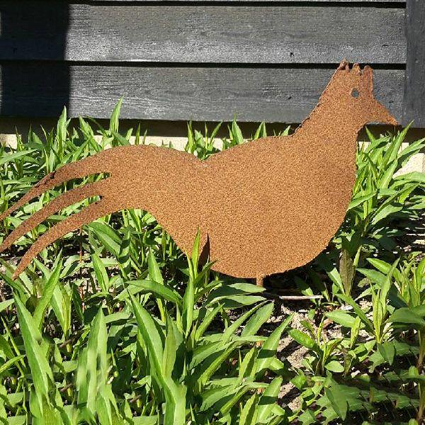 Få en hane i haven. Denne er dog i jern og galer ikke om morgenen. Velegnet til potter og bede. Størrelse på hhv. høne og hane er ca. mellem 23-40 cm og 40 cm. høje.