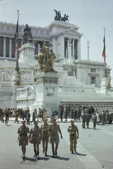 Allied troops by the Vittorio Emmanuel Memorial, Rome, June 1944. (Imperial War Museum)