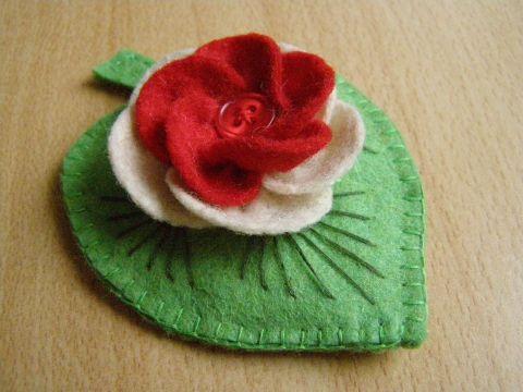 Levél kokárda kitűző, Ruha, divat, cipő, Dekoráció, Nemzeti színeinkből készítettem filcből ezt a kitűzőt. Zöld levélre fehér-piros virágot ...