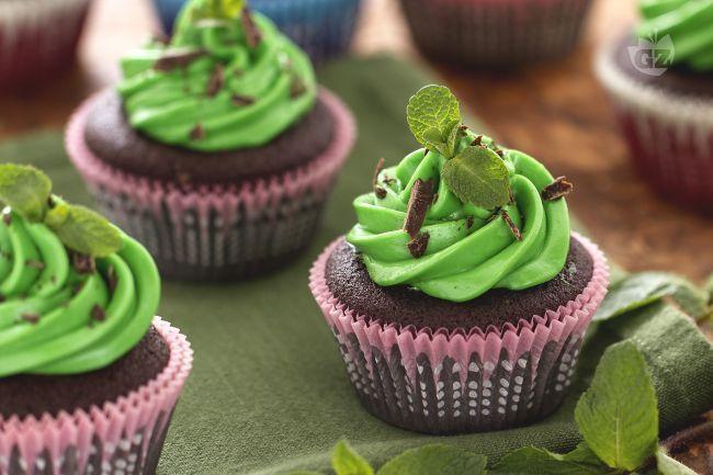 I cupcake menta e cioccolato sono dei deliziosi dolcetti colorati ideali per la festa di San Patrizio.